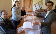 Tomás Cabezón, candidato del PP al Congreso, a la hora de votar en Castilfrío de la Sierra.