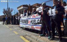 Funcionarios de prisiones en una concentración a las puertas del penal de Soria. /SN