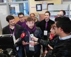 Juan Carlos García atiende a los medios informativos tras votar a las 9:30 horas.