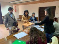 Laura Prieto, segunda al Senado por el PP, ante las urnas en Garray, su localidad natal.