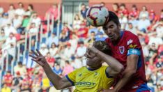Carlos Gutiértrez disputa un balón por arriba ante el Cádiz en Los Pajaritos, LaLiga