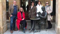Perea, sentada, junto a Carlos Lafuente y Pilar Delgado.