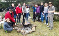 Un grupo de amigos preparando la comida campestre en el monte olvegueño. /SN