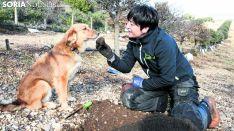 Una recolectora con su perro tras 'cazar' una trufa. /SN