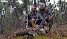 El cazador, con el magnífico corzo cobrado junto a un acompañante. /SN