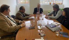 El rector, en el centro, en la reunión con Diputación y Ayuntamiento este miércoles.