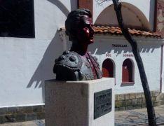 La pintura cubre el busto de José Luis Palomar. /Fb