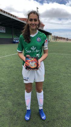 Foto 4 - El San José Femenino de fútbol levanta su primera copa al ganar el torneo Carnaval El Paso en La Palma