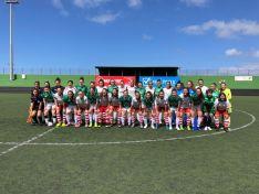 Foto 3 - El San José Femenino de fútbol levanta su primera copa al ganar el torneo Carnaval El Paso en La Palma