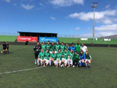 Foto 2 - El San José Femenino de fútbol levanta su primera copa al ganar el torneo Carnaval El Paso en La Palma