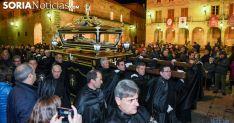 Una imagen de archivo del Santo Entierro a su paso por la plaza Mayor. /SN