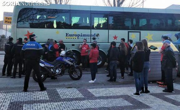 Presencia policial ante el autobús tras los daños ocasionados. /SN