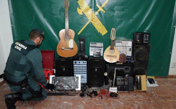 Un agente de la Guardia Civil con los objetos recuperados. /GC