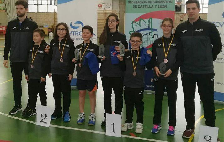 Los jóvenes deportistas con sus medallas. /CBV