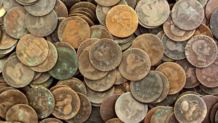El juego se desarrolla lanzando monedas al aire apostando a cara y cruz.