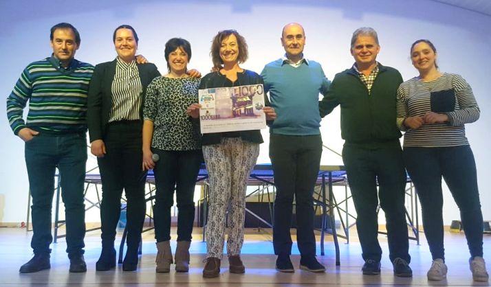 La ganadora, en el centro con el cheque junto a comerciantes y responsables municipales.