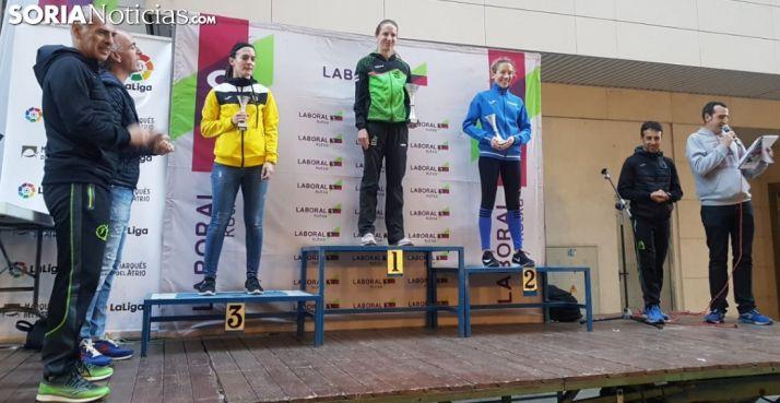 La atleta, en lo alto del podio esta tarde. /SN