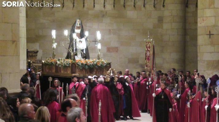 Fotos y vídeos: La lluvia obliga a Las Caídas a celebrar su Vía Crucis en San Pedro