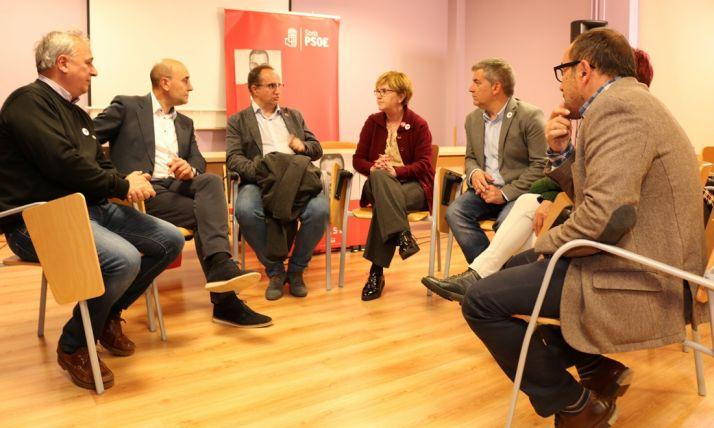 Isaura Leal, en el centro, con dirigentes y candidatos socialistas este miércoles.