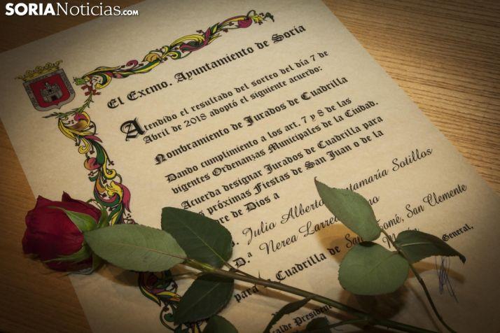 Diploma y rosa entregada a los jurados de Santo Tomé, San Clemente y San Martín de 2018