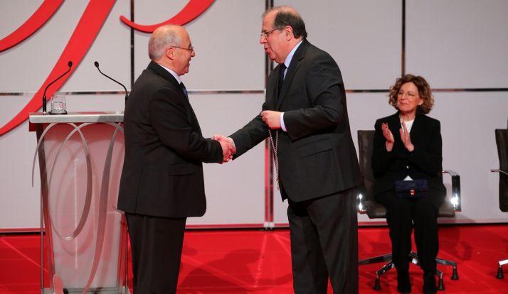 Herrera (dcha.) hace entrega del Premio de las Letras. /Jta.