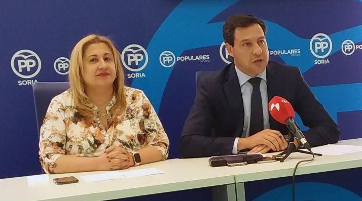 Raúl de la Hoz, con Yolanda de Gregorio esta tarde en la sede del PP soriano.