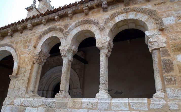 Detalle de la galería porticada del templo.