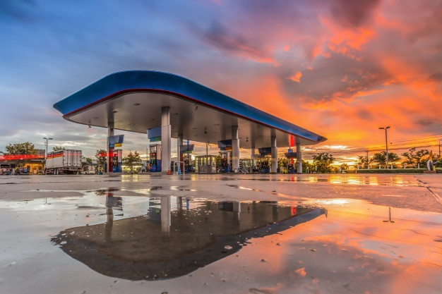 Gasolinera al atardecer. Imagen de archivo