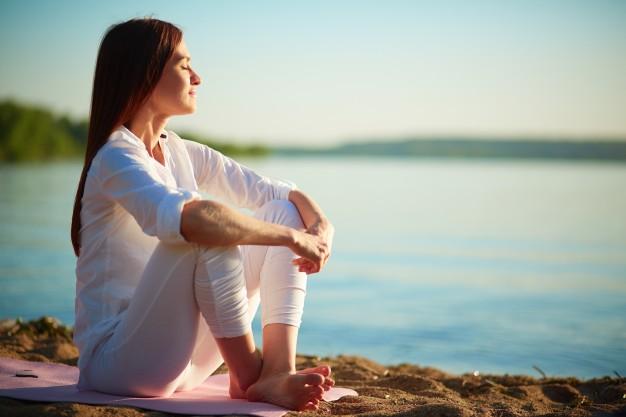 Mujer relajada contempla el mar. Imagen de archivo