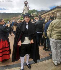 Un olvegueño ataviado con el traje tradicional de la localidad en la procesión de este domingo. /SN