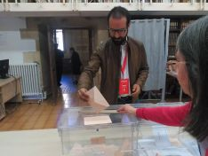 Ángel Hernández, segundo en la lista del PSOE a las Cortes, votando en el IES Machado.