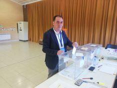 Benito Serrano, regidor actual de Golmayo, en el momento de emitir su voto.