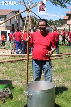 Foto 6 - El Pino Mayo de Navaleno permanece ya erguido con la banderola de 'Soria Ya'