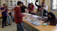 Jorge Ramiro, de Podemos-Equo, en su colegio electoral pasado este mediodía.