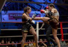 Laura de Blas lanza una patada en un combate de muay thai. Juan Carlos Luis y Laura Feresín