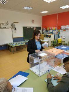 Monica Machín, esta mañana en su colegio electoral.
