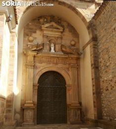 La puerta principal de acceso al templo que ha sido forzada. /SN