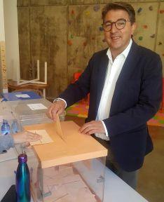 Jesús Peregrina, al emitir su voto.