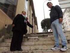 Yolanda de Gregorio y Carlos Castro señalan escalones rotos. PP de Soria