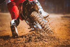 Rueda de moto sobre la tierra. Imagen de archivo