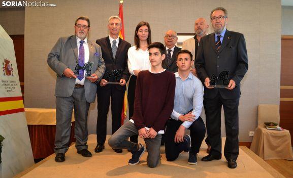 Estudiantes galardonados, jurado calificador y personal homenajeado. /SN