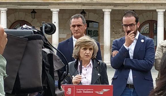La ministra, arropada por Navas (izda.), y Hernández.