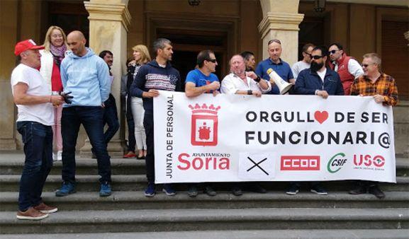 Funcionarios, concentrados en el ayuntamiento. /USO