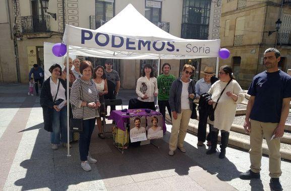 Muñoz (en primer término a la izda.) con miembros de la formación esta mañana en la plaza del Rosel. /PS