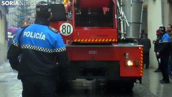 En primer término, un agente de la Policía Municipal en una actuación en la ciudad. /SN