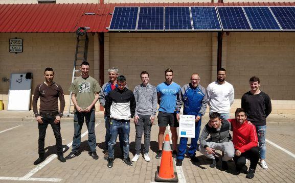 Alumnos y profesores en el patio exterior del parque de maquinaria.