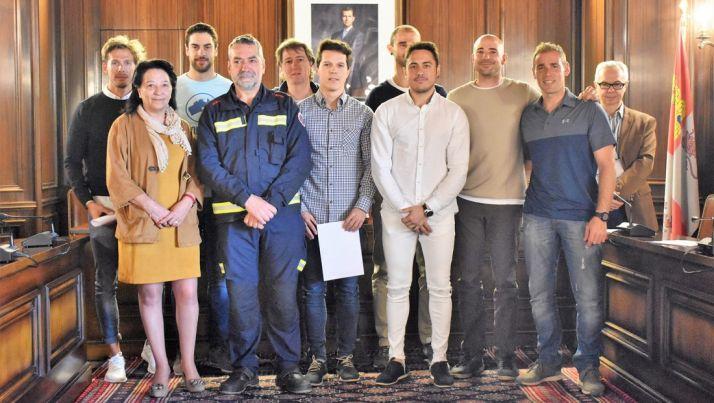 Los nuevos bomberos, con un compañero, la concejala, el alcalde y el interventor. /Ayto.