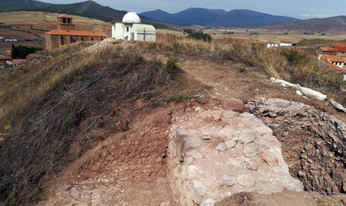 Uno de los muros del castillo, al fondo, el observatorio astronómico.