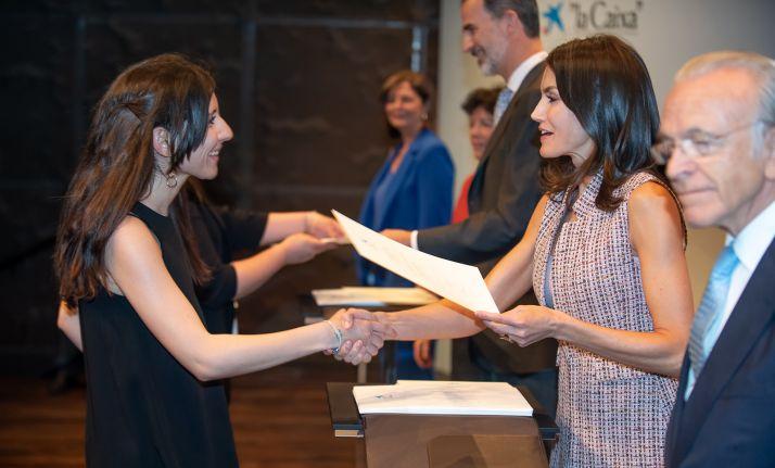 Cristina Sainz recibiendo la beca de manos de Doña Letizia. / la Caixa