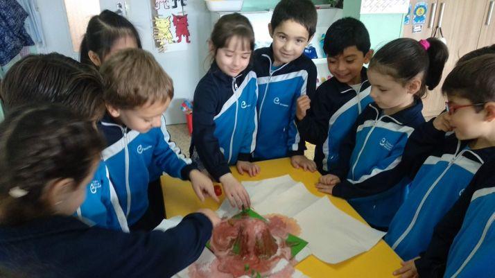 Alumnos de Escolapias en un experimento dentro del aula. /CSTJ